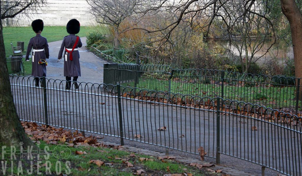 Londres por libre, guardias reales en St. James' Park